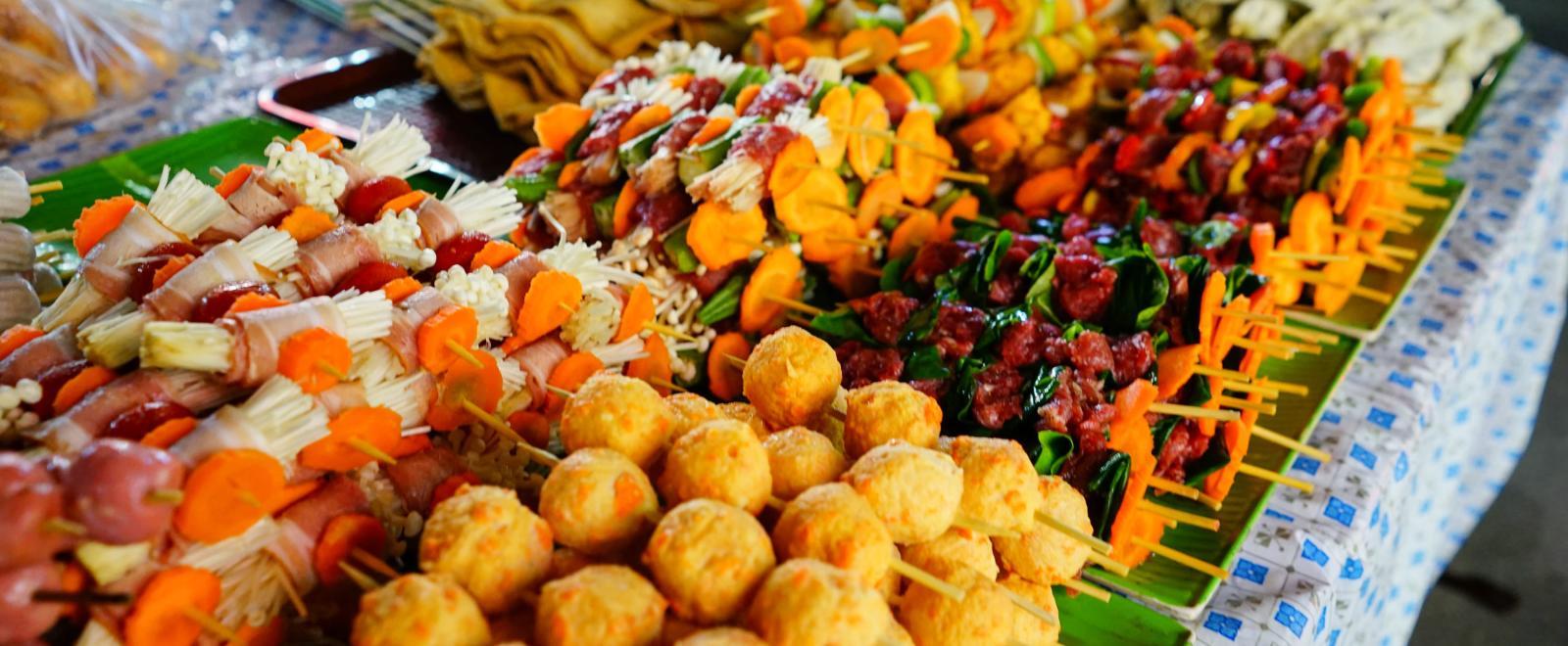 Street food sur un marché de Hanoï au Vietnam